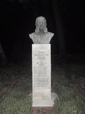 Spomenik I. Mažuranića u N. Vinodolskom